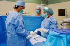 Kirurgiskt lag som utför kirurgi Arkivfoto