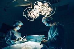 Kirurglag som arbetar med övervakning av patienten Royaltyfri Foto