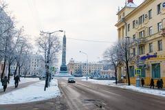 Kiselev gata efter snöfall Sikt av Victory Square på molnigt royaltyfri foto