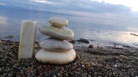 Kiselstenar från stort till litet på sjösidastranden Arkivbild
