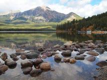 Kiselstenar i berg sjön, Jasper National Park Arkivfoton