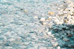 Kiselstenar i havet royaltyfria foton