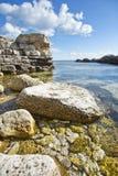 Kiselstenar i vatten på udde Tarhankut crimea Black Sea royaltyfri foto