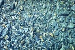 Kiselstenar i vattnet Arkivbild