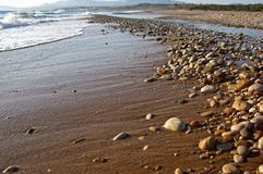 Kiselstenar längs kusten av medelhavet på en solig dag royaltyfria foton