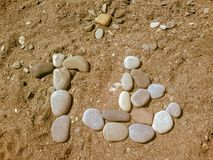 Kiselstenar p? strandbakgrunden royaltyfri bild