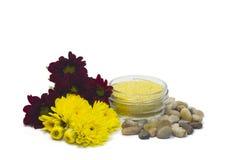 Kiselstenar saltar och blommor Royaltyfri Foto