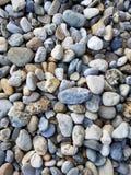Kiselstenbakgrund Olika stenar av olika former och format royaltyfri bild
