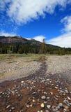Kiselstenliten vik under himlar för stackmolncirrusmolnmoln på det östliga slutet av Lamar Valley i den Yellowstone nationalparke Royaltyfri Foto
