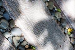Kiselstensten i mitt av den wood banavägen Arkivfoto