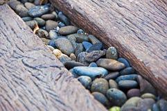 Kiselstensten i mitt av den wood banavägen Royaltyfri Bild