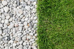 Kiselstensten och grönt gräs Royaltyfri Fotografi