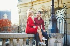 kising在一条巴黎人街道上的浪漫夫妇 库存照片