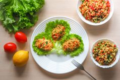 Kisir, bulgur tarwesalade, Turkse keuken, vegetarisch voedsel Royalty-vrije Stock Afbeeldingen