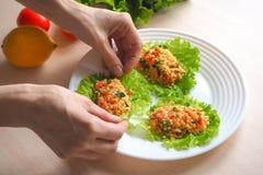 Kisir, bulgur tarwesalade, Turkse keuken, vegetarisch voedsel Stock Afbeeldingen