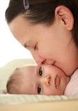Kisisng de mère son beau bébé Images libres de droits