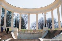 Kislovodsk, região de Stavropolsky, Rússia - 10 de abril de 2018: As escadas antigas da cascata - atração turística Parque do rec imagem de stock royalty free