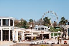 Kislovodsk, região de Stavropolsky, Rússia - 10 de abril de 2018: Roda de Ferris fotografia de stock
