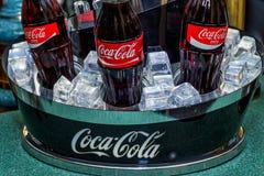 KISLOVODSK, RUSSIE - VERS 2017 : Bouteilles de Coca-Cola Images libres de droits