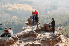 Kislovodsk Stavropol territorium/Ryssland - November 4, 2018: grupp av turister överst av berget royaltyfri bild