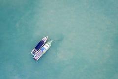 Kissat fartyg som parkeras i havet på den Chalong fjärden, Phuket landskap, Tha Arkivbild