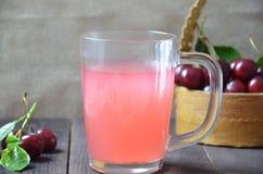 Kissel用在一块玻璃的樱桃在一份老木背景、传统俄罗斯或者波兰饮料,莓果果冻,奶油甜点,夏天桃红色 库存照片
