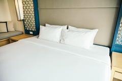 Kissen auf Bett lizenzfreie stockfotos