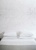 Kissen auf Bett Stockfotos