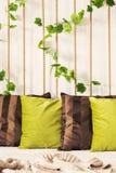 Kissen auf Bett lizenzfreies stockfoto
