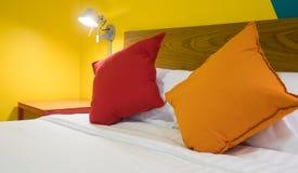 Kissen auf Bett im Luxusraum im Hotel Lizenzfreie Stockfotos