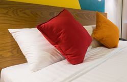 Kissen auf Bett im Luxusraum im Hotel Lizenzfreies Stockfoto