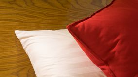 Kissen auf Bett im Luxusraum im Hotel Stockbilder