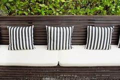 Kissen auf dem Sofa im Wohnzimmer des Strandlandhauses Lizenzfreie Stockfotografie