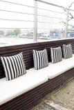 Kissen auf dem Sofa im Wohnzimmer des Strandlandhauses Lizenzfreies Stockbild