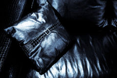 Kissen auf der schwarzen Couch stockfotografie