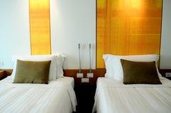 Kissen auf Doppelbetten lizenzfreie stockfotografie