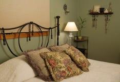 Kissen auf einem Bett Lizenzfreie Stockfotografie