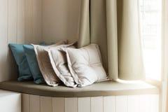 Kissen auf eingebautem Sofa In The Living Room lizenzfreie stockfotografie