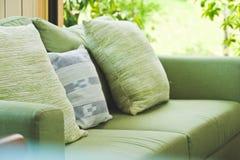 Kissen auf Sofa stockfotos