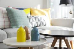 Kissen auf Sofa im Wohnzimmer Lizenzfreies Stockfoto