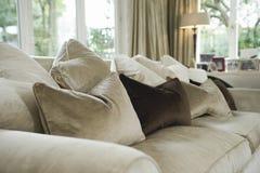 Kissen auf Sofa In Living Room lizenzfreie stockfotografie