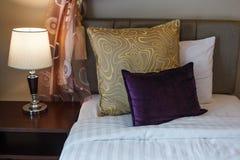 Kissen auf weißer Bettlakenbettwäsche und Lampe auf Bettseitentabelle Doppelbett-Raumhotelerholungsortwohnungshäuschen-Gasthaus-W stockfoto