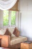 Kissen, Bett am Fenster im Schlafzimmer Stockbild