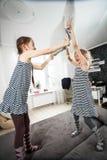 Kissen der kleinen Mädchen, das im Schlafzimmer kämpft Stockfotografie