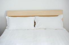 Kissen im Bett lizenzfreies stockfoto