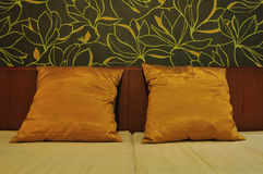 Kissen im Bett Stockfotos