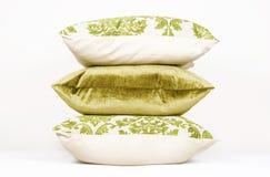 Kissen im Grün Stockfotos