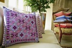 Kissen im Wohnzimmer Stockbilder