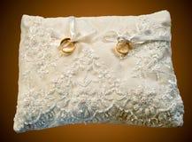Kissen mit Hochzeitsringen Stockfoto