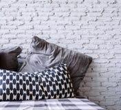 Kissen und Ziegelsteintapete Stockfoto